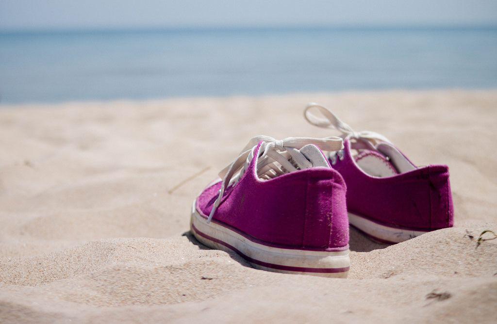 Schuhe im Sand /  Girl's sneakers on the beach
