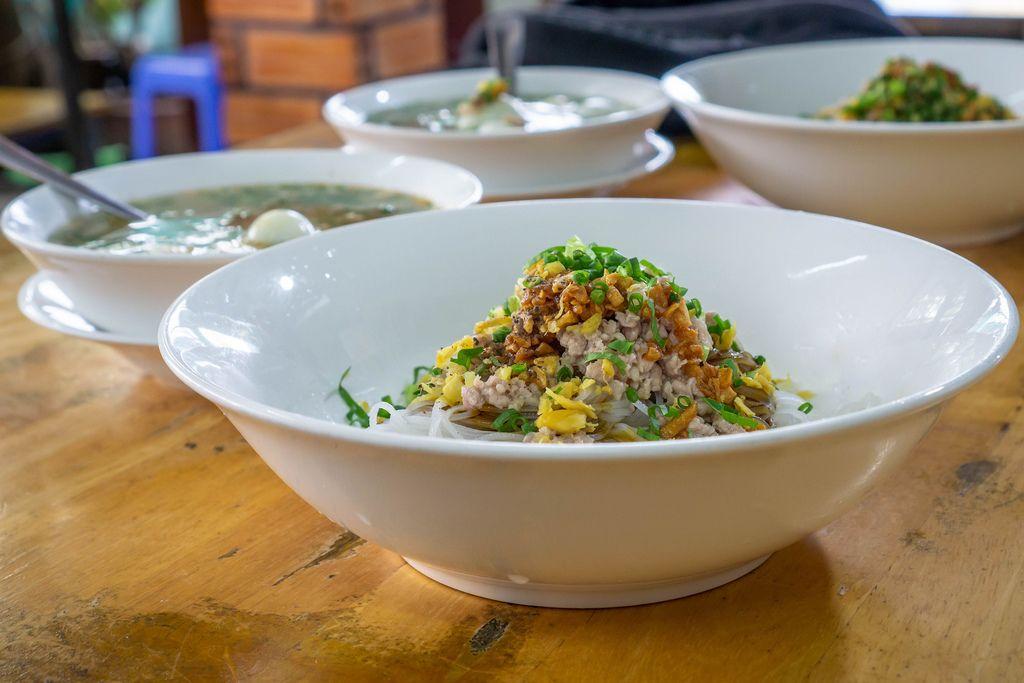 Schüsseln mit typisch vietnamesischem Gericht Hu Tieu zum Frühstück in Ho Chi Minh City, Vietnam