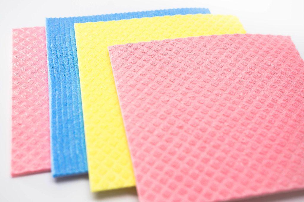 Schwammtücher in bunten Farben zum Geschirrabspülen, auf weißem Hintergrund