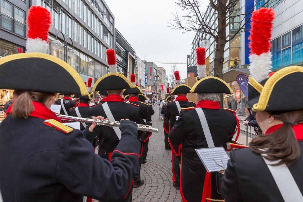 Schwarz-rotes Orchester beim Spielen - Kölner Karneval 2018