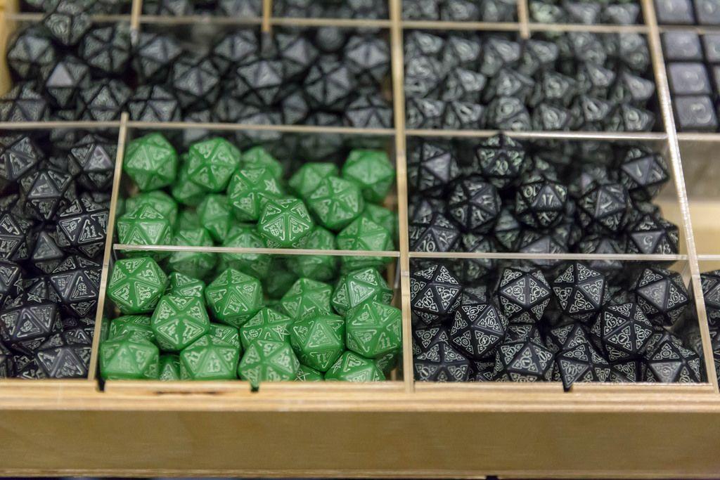 Schwarze und grüne Spielwürfel