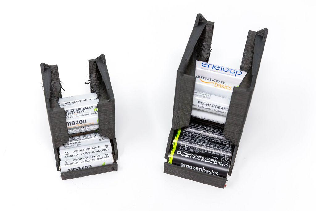 Schwarzer Batteriespender aus 3D-Druck mit wiederaufladbaren Batterien von Amazon