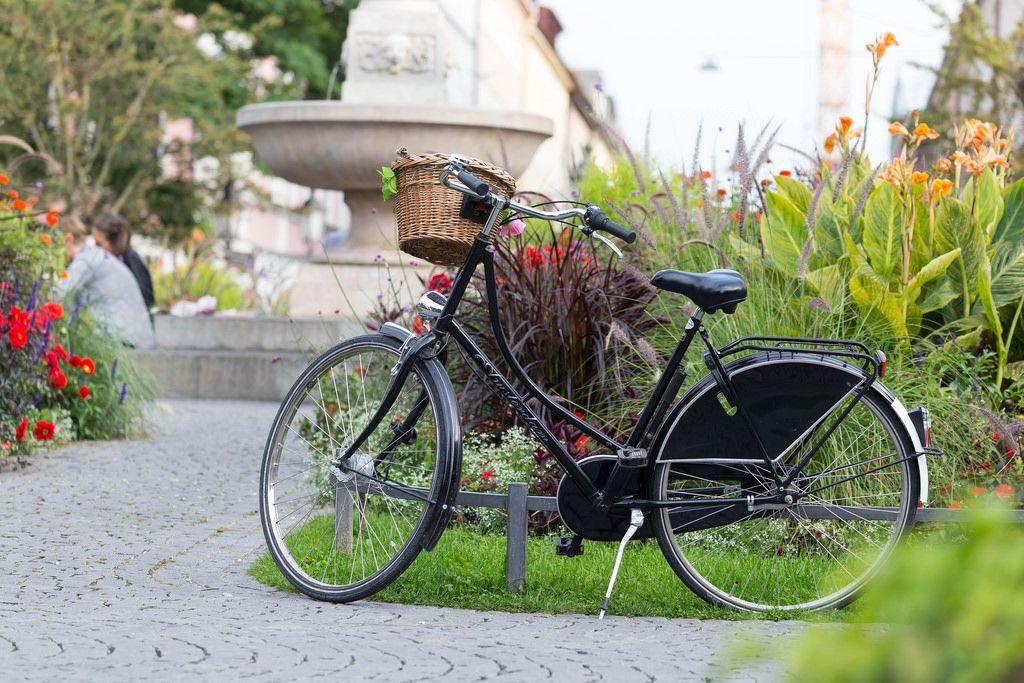 Schwarzes Fahrrad im Park - München