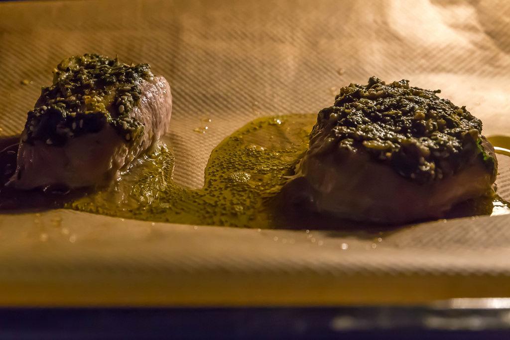 Schweine-Filet mit Dukkah-Kräuter-Kruste