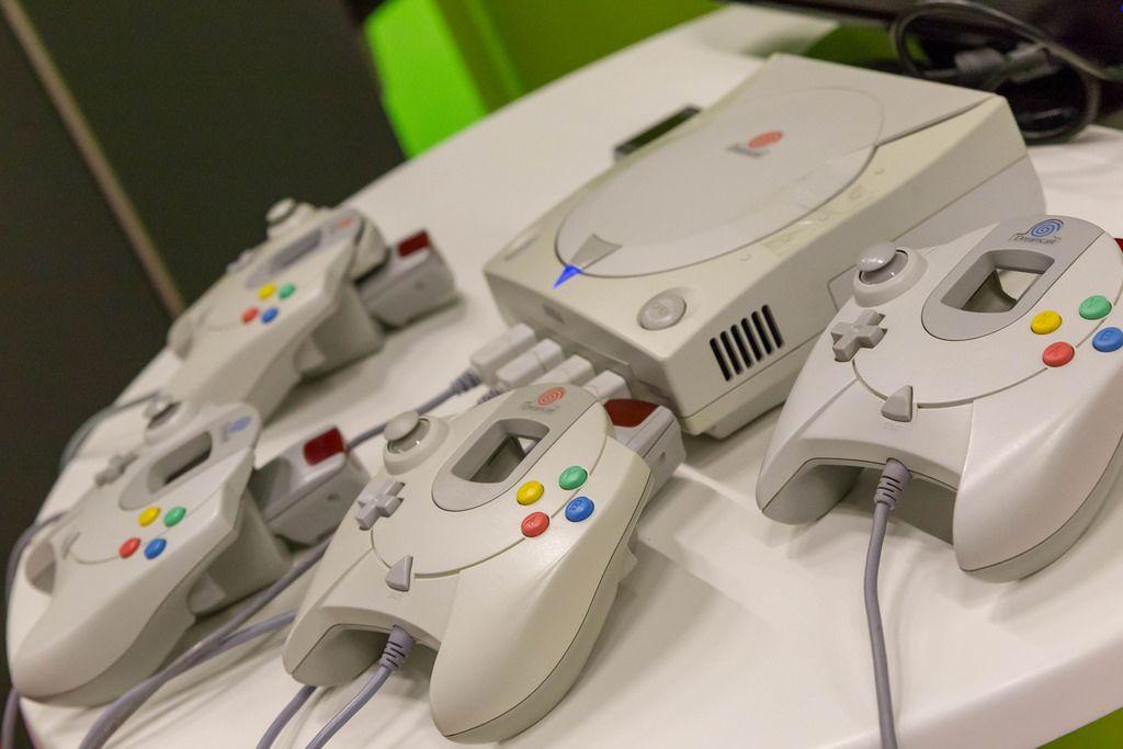 SEGA Dreamcast Konsole mit vier Controllern