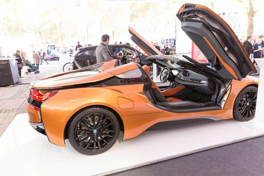 Seiteanansicht des BMW i8 Roadsters mit geöffneten Flügeltüren