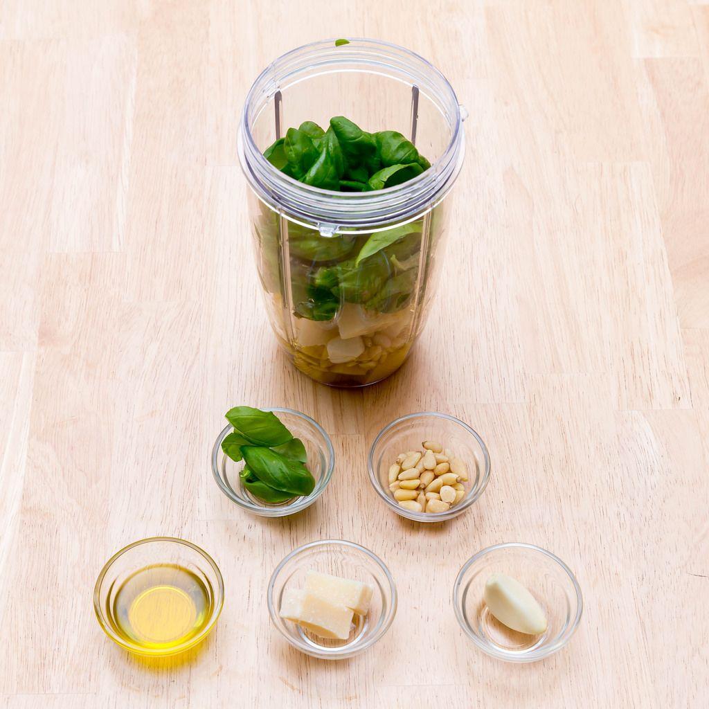 Selbstgemachtes grünes Pesto im Mixer