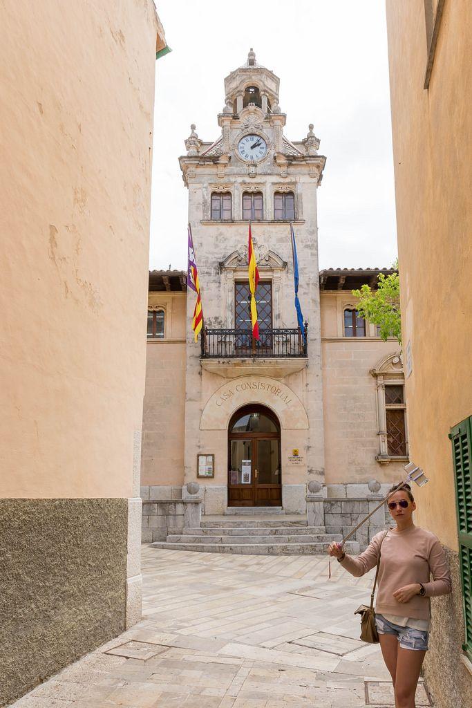 Selfie in front of Ajuntament d'Alcúdia