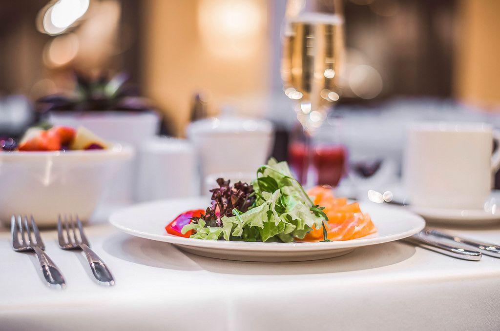 Servierter Lachs-Salat