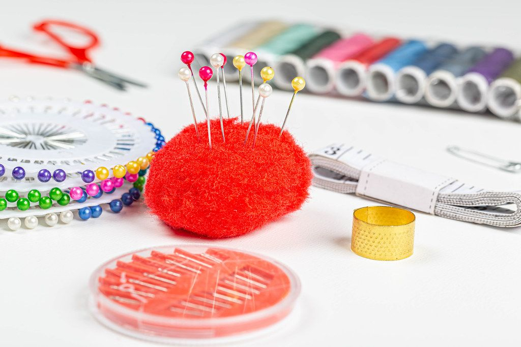 Set of devices for sewing with threads and needles