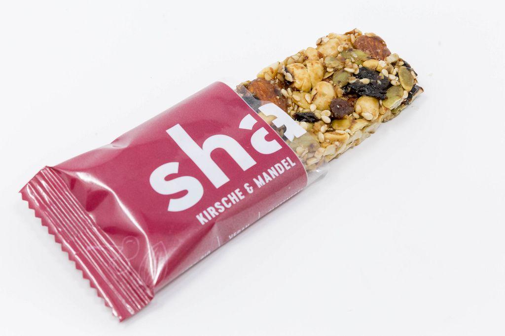Share Foods - Bio Nussriegel mit Kirsche und Mandel auf weißem Hintergrund