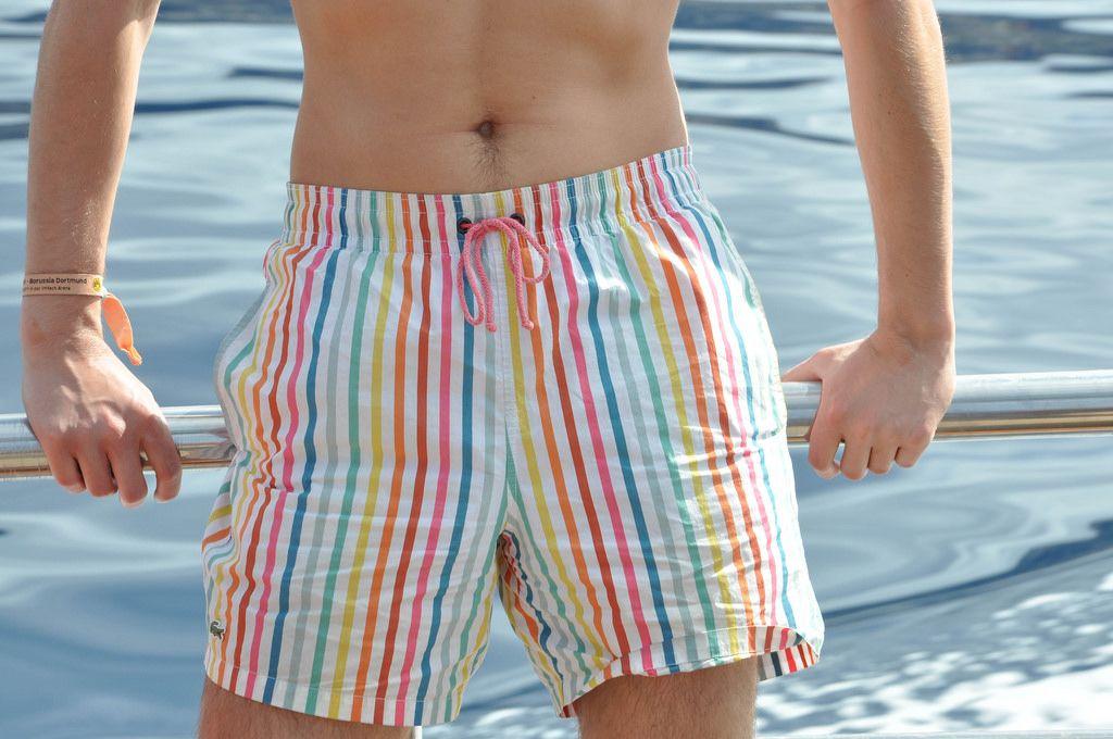 Shorts mit bunten Streifen