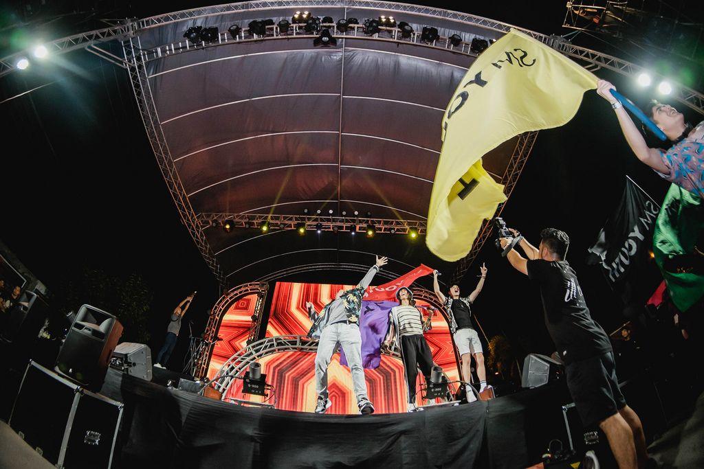 Show von SM Youth auf rot beleuchteter Bühne am Dinagyang Festival, Philippinen
