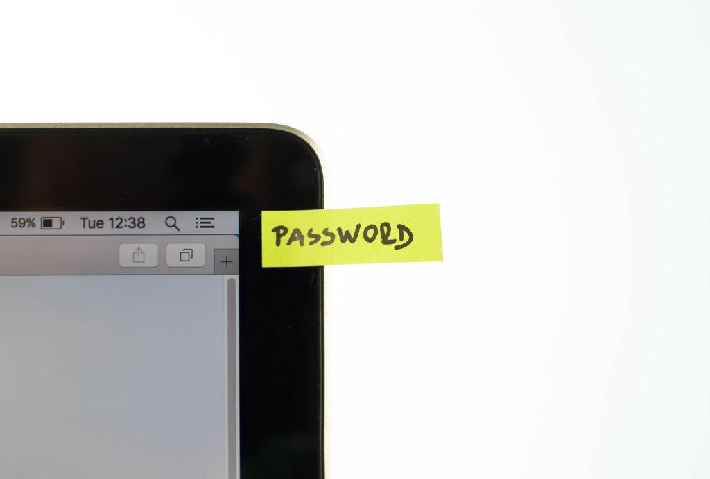 Sicherheitsrisiko: Aufkleber mit Passwort auf dem Laptop