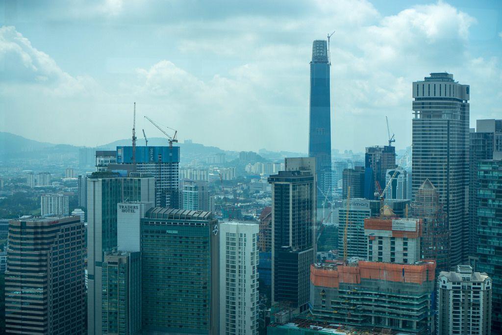 Sicht auf Wolkenkratzer vom Observationsdeck der Petronas Zwillingstürme in Kuala Lumpur