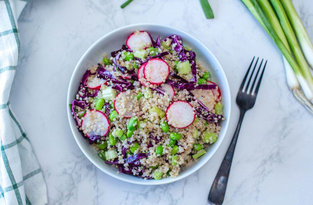 Sicht von oben auf Asiatisches Gericht mit Quinoa, Radieschen und Edamame in einer Schüssel