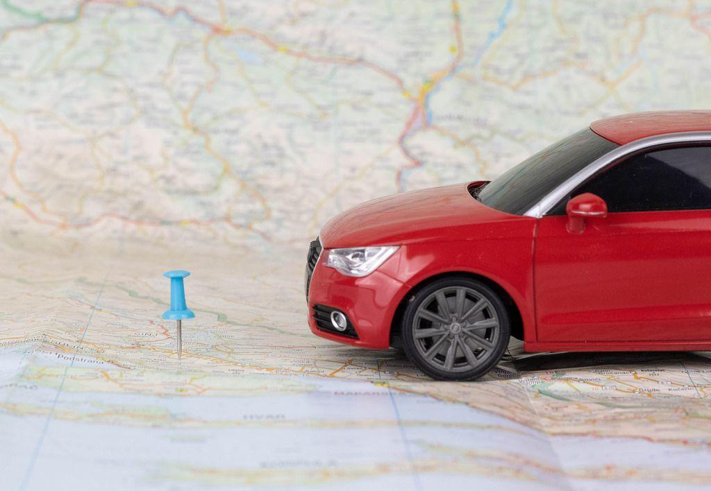 Sie haben Ihr Ziel erreicht. Auto und Stecknadel auf einer Landkarte