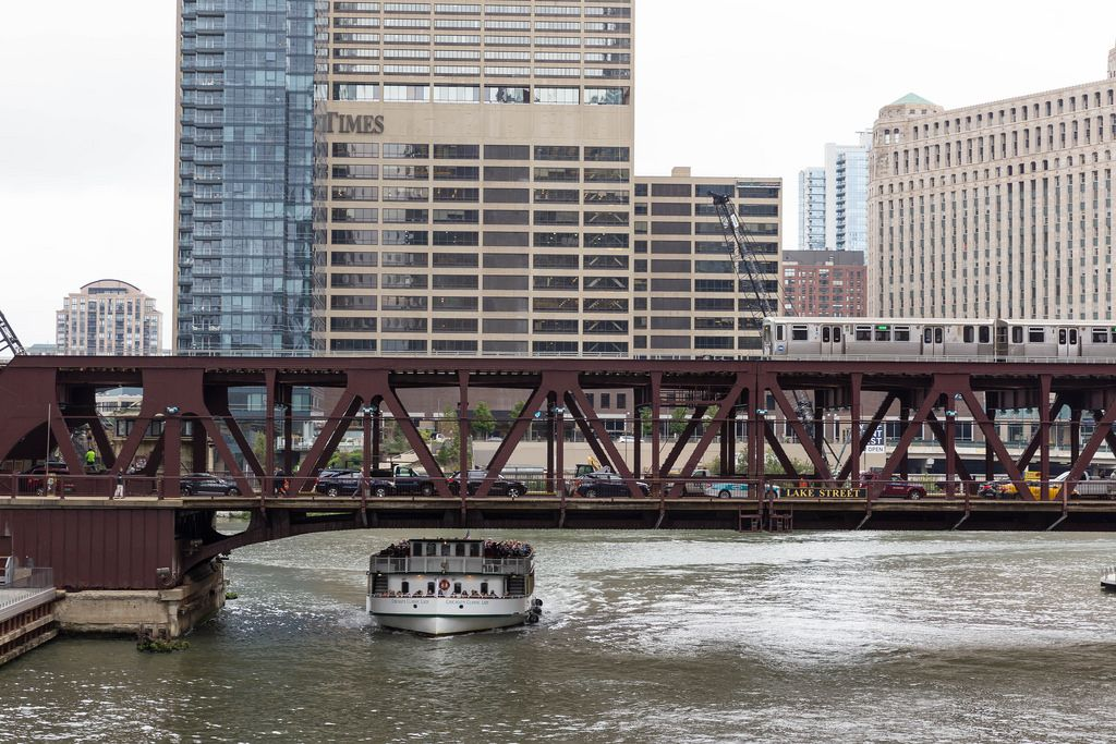 Sightseeing-Schiff Chicago's Classic Lady geht unter der Lake Street Bridge Brücke