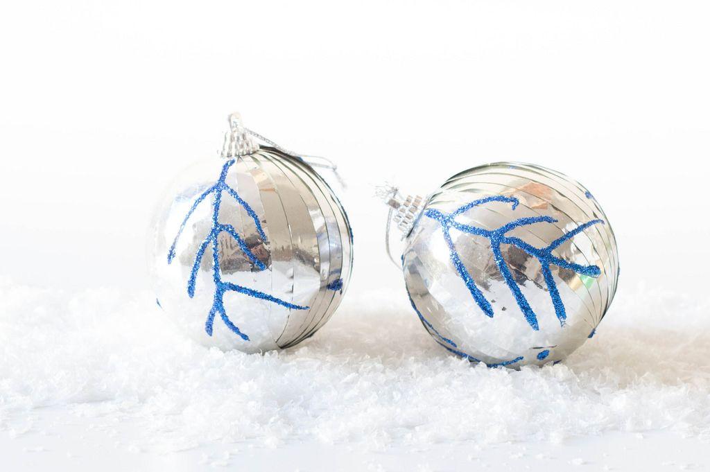 Silberfarbene Weihnachtsbaumkugeln