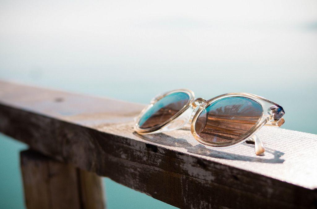 Silberne Sonnenbrille am Strand