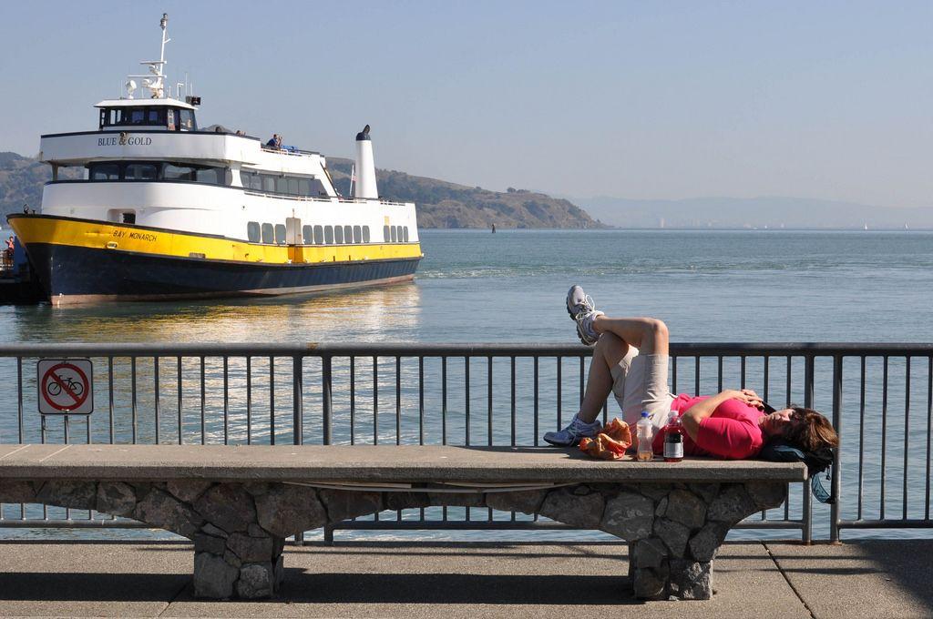 Sitzbank aus Beton mit Blick auf die Bucht von San Francisco