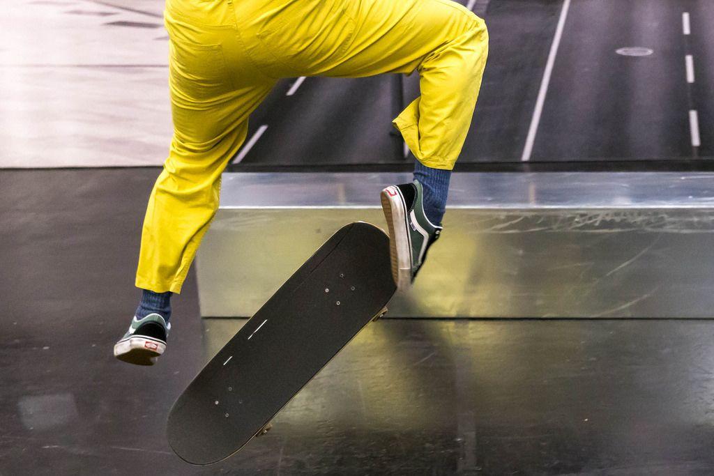 Skater mit gelben Hosen führt einen Trick auf dem Skateboard vor auf der Photokina in Köln