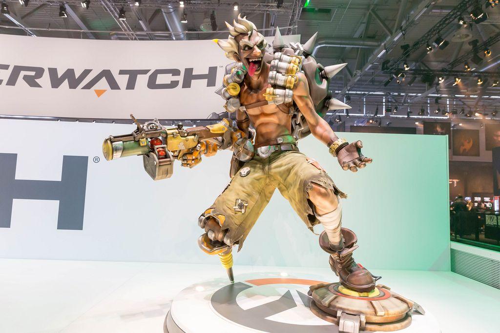 Skulptur des Overwatch-Helden Junkrat - Gamescom 2017, Köln