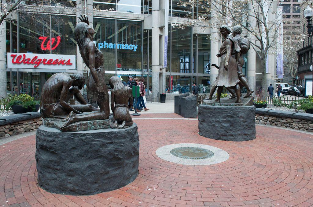 Skulpturen im Irish Famine Memorial in Boston, USA