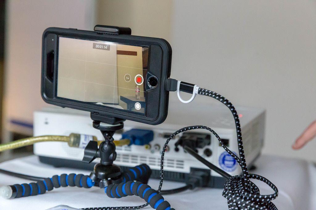 Smartphone am kleinen Gorilla-Stativ während einer Videoaufnahme
