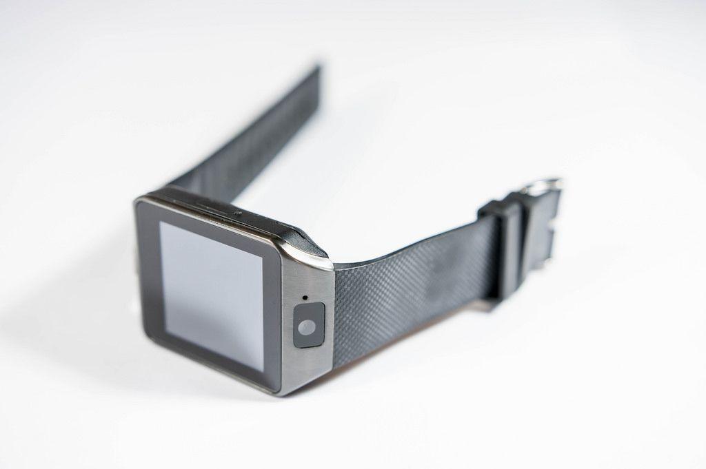 Smartwatch vor weißem Hintergrund