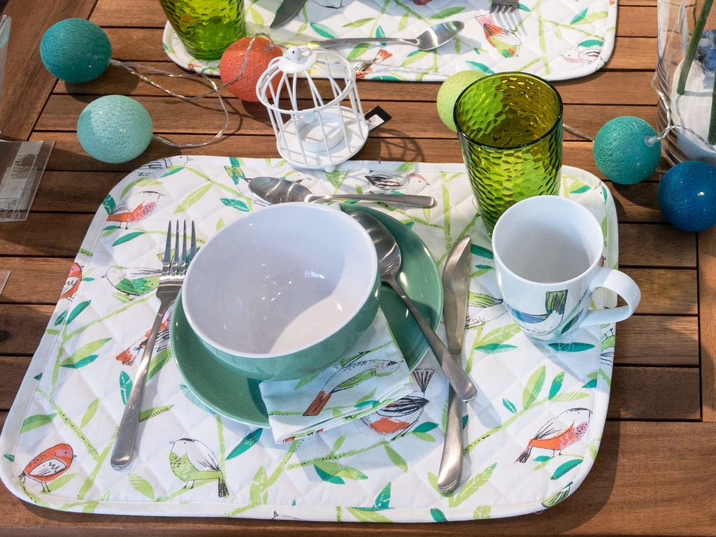 Sommerlich dekorierter Gartentisch im Sommer