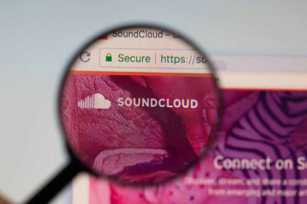 Soundcloud-Logo am PC-Monitor, durch eine Lupe fotografiert