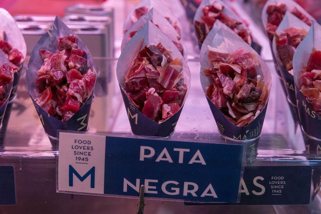 Spanische Tapas: Pata Negra ist Schinken aus Schweinefleisch und wird in gerollten Tüten zum Mitnehmen in Barcelona (Spanien) verkauft