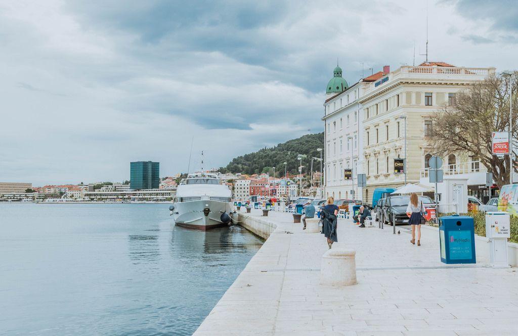 Spaziergang entlang der Hafenpromenade in Split, Kroatien
