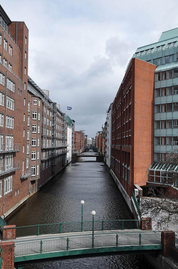 Speicherstadt in Hamburg bei bewölktem Himmel