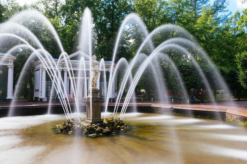 Sphere fountain and statue / Kugelbrunnen und Statue
