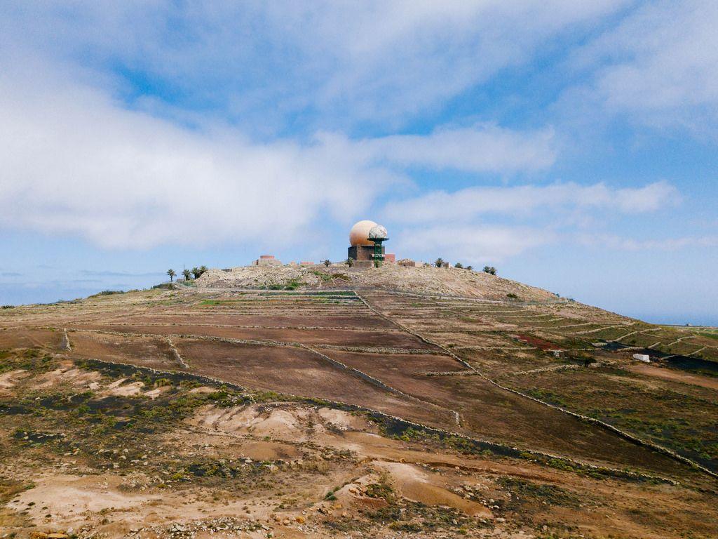 Spherical meteorological station on top of the mountain / Sphärische meteorologische Station auf den Berg