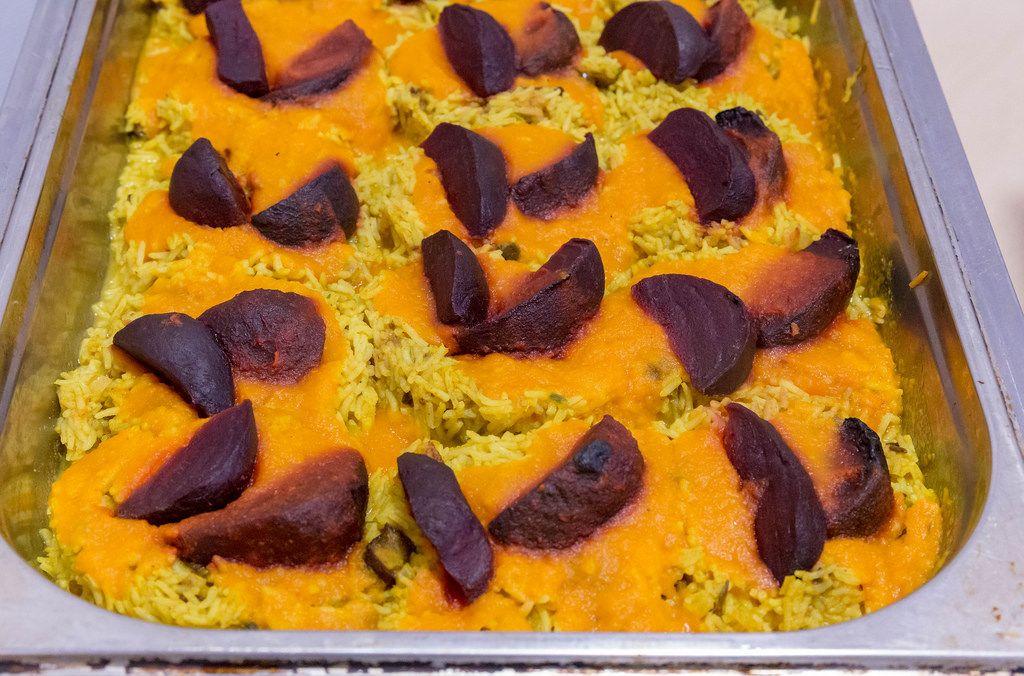 Spicy Ofenbete auf Dattelreis mit Ingwer-Möhren-Sauce