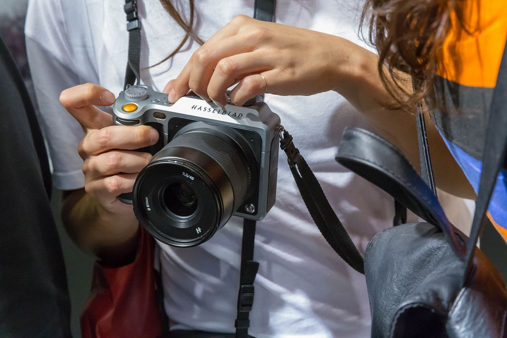 Spiegelreflexkamera von Hasselblad mit Objektiv in Frauenhand an der Photokina Köln