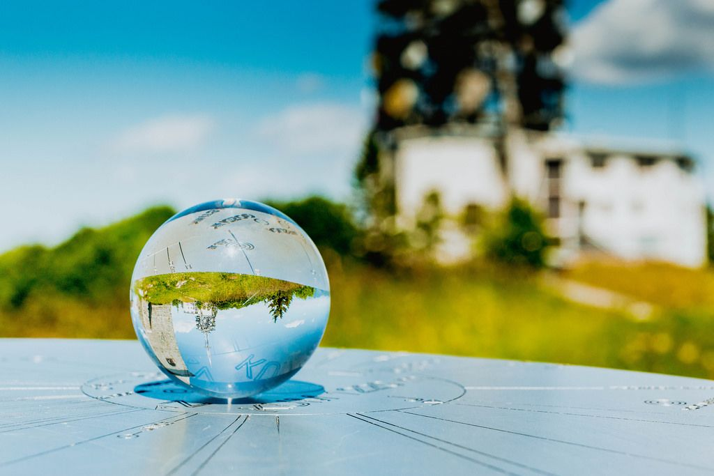Spiegelung eines Kirchenturms in der Glaskugel