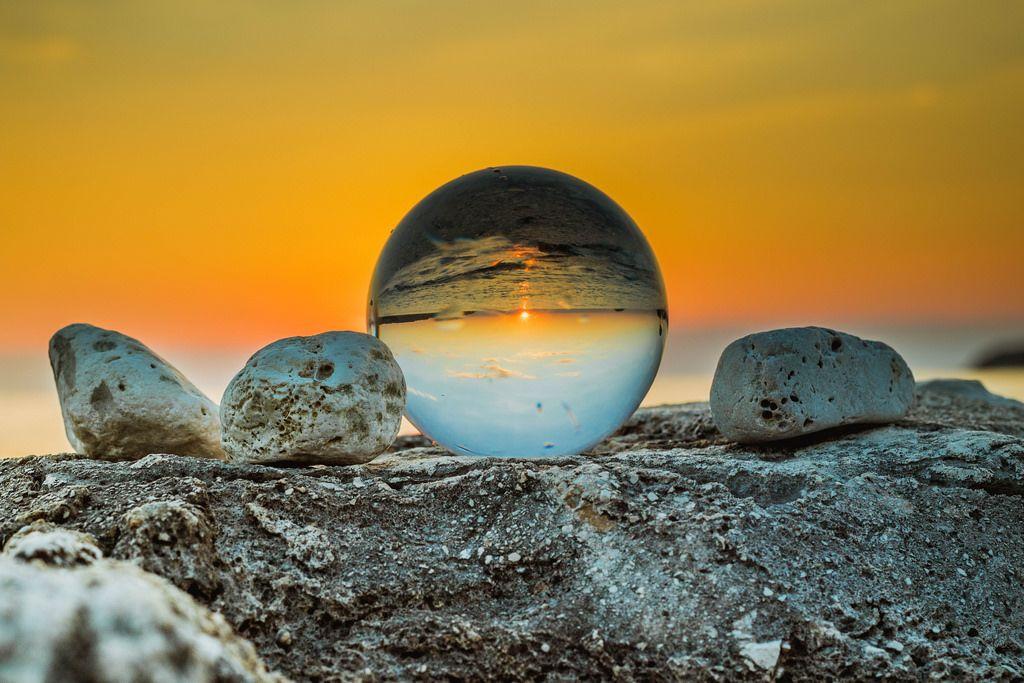 Spiegelung eines Sonnenuntergangs in einer Glaskugel