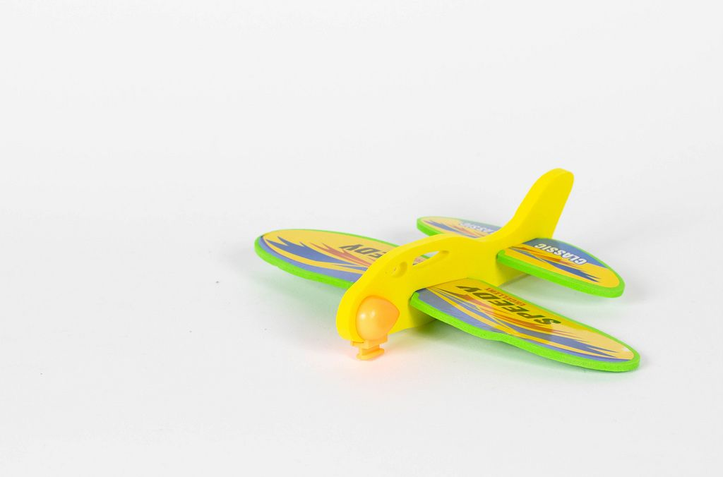 Spielzeug Flugzeug vor weißem Hintergrund