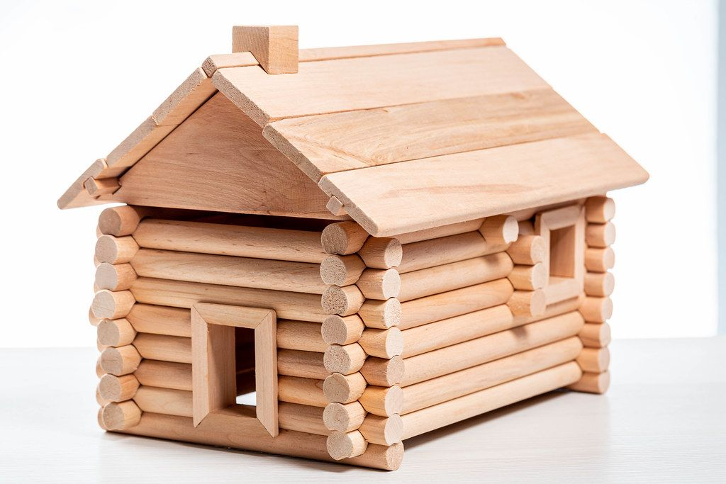 Spielzeug-Holzhaus vor weißem Hintergrund
