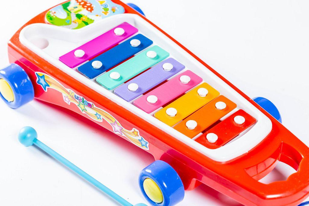 Spielzeug-Xylophon in Regenbogenfarben mit Rädern fördert Musik bei Kindern
