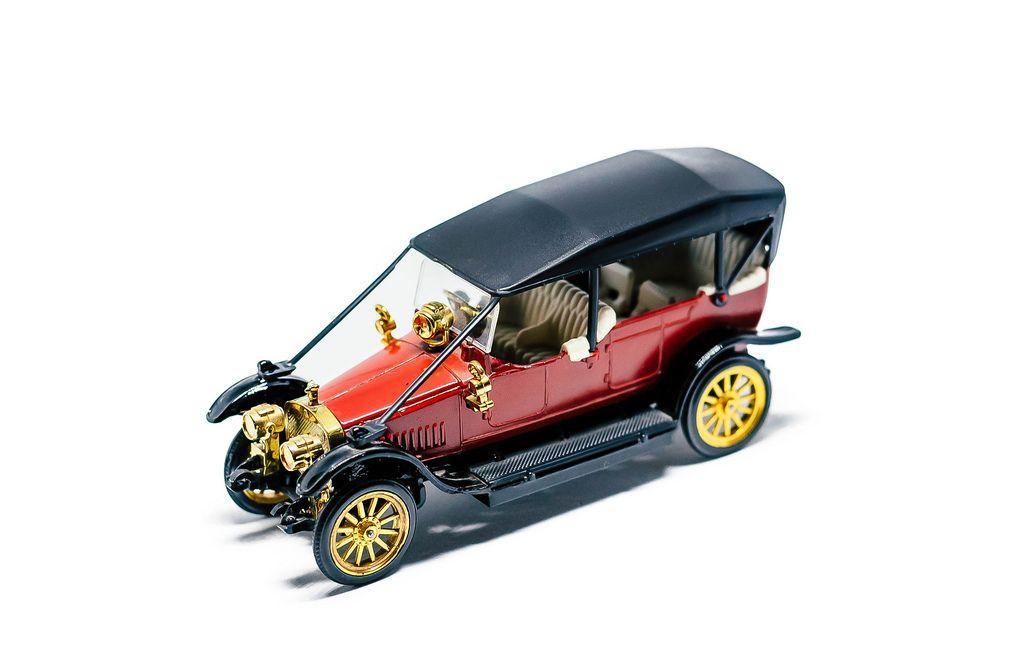 Spielzeugauto in Form eines antiken Russo-Balt Wagens