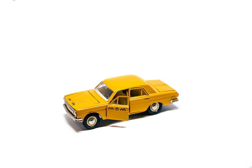 Spielzeugauto in Form eines Taxi GAZ 3102 Wolga