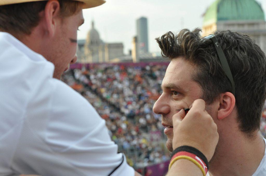 Sport-Fans schminken ihre Gesichter