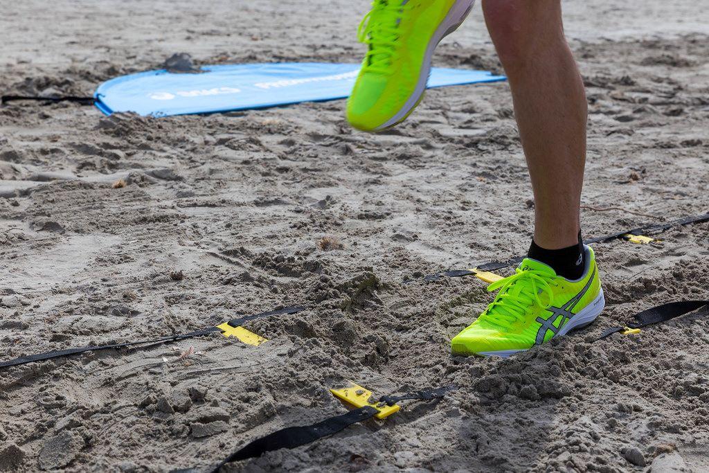 Sportler beim Training in bunten ASICS Laufschuhen