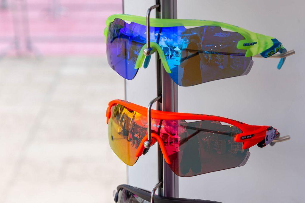 Sportsonnenbrillen auf einem Gestell