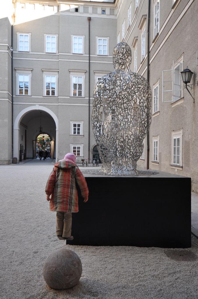 Springendes Kind vor der Residenz, Salzburg